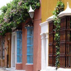 Tombada pela Unesco em 1984, Cartagena de Índias é uma das cidades coloniais espanholas mais encantadoras do Novo Mundo. Suas fachadas multicoloridas inspiram multidões de turistas mundo afora. #cartagenadeindias #novomundo #patrimoniohistorico #conjuntoarquitetonico #cor #inspiração #architetura #
