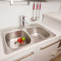 Las cocinas en colores claros siguen siendo tendencia. Hacen lucir el espacio más limpio y despejado. Aquí un propuesta con nuestra grifería Monomando QUADRA #FP