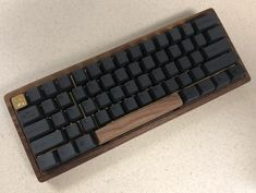 Finished my first wooden keyboard :) Best Gaming Setup, Gamer Setup, Gaming Room Setup, Computer Setup, Pc Setup, Gaming Desk, Diy Mechanical Keyboard, Mundo Dos Games, Key Caps