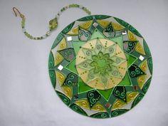 Mandala feita em vidro, com técnica de pintura vitral;  Para pendurar em qualquer ambiente fio com contas de acrílico. R$ 55,00