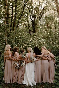 Wedding Picture Poses, Wedding Poses, Wedding Photoshoot, Wedding Shoot, Wedding Portraits, Ideas For Wedding Pictures, Outdoor Wedding Pictures, Bridesmaid Poses, Wedding Bridesmaids