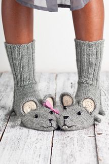 Fare scarpe per neonati coolbang. Knitted Slippers, Crochet Slippers, Knit Crochet, Knitting Projects, Knitting Patterns, Knitting Ideas, Knitting Socks, Baby Knitting, Crochet Baby Hats