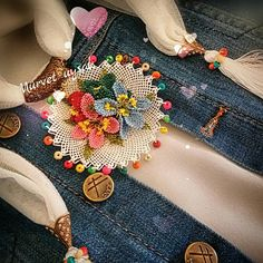 This Pin was discovered by Hül Lace Flowers, Crochet Flowers, Diy Projects To Try, Crochet Projects, Moda Emo, Thread Jewellery, Needle Lace, Silk Thread, Crochet Granny