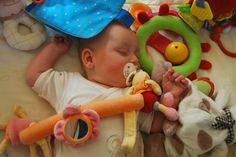 How to lull your baby to sleep Baby Sleep, Baby Baby, Happy Mom, Binky, Sleep Deprivation, Sensory Play, Baby Bumps, Baby Essentials, How To Fall Asleep