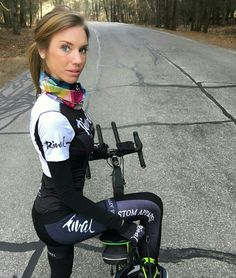 Bicycle Women, Bicycle Girl, Sporty Outfits, Sexy Outfits, Female Cyclist, Cycling Girls, Fishing Girls, Biker Girl, Athletic Women
