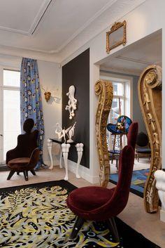 Vincent Darré, Dieser Raum in Vincent Darrés Apartment glänzt mit den Sesseln aus Mohair-Velours von La Maison Darré. Aber auch Einzelstücke wie die barocken Säulen (ab 2000 Euro) sind bei der Auktion zu erwerben. (Foto: Aurélien Mole)