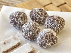 100 g butter 70 g cocoa 150 g powdered sugar 160 g grated coconut Van bag of vanilla sugar 1 tablespoon of rum 40 g of grated coconut for wrapping Vanilla Sugar, Powdered Sugar, Doughnut, Sweet Recipes, Rum, Cocoa, Almond, Deserts, Butter