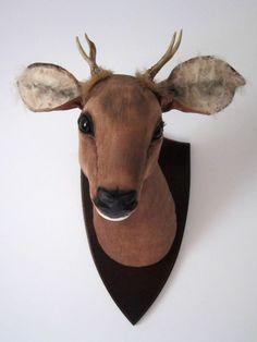 Trophée cerf taxidermie, textile, OOAK soft sculpture monté sur chêne. Tête d'animal. Chasse, traque fauxidermy.