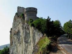 """Sabato 3 e domenica 4 ottobre, sulle colline a 32 chilometri da Rimini, si potrà rivivere il mondo di fine Quattrocento nella Fortezza di San Leo, che secondo l'Huffington post è uno dei """"7 gioielli"""