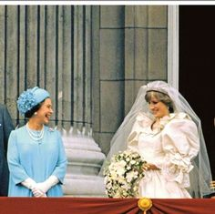 Queen Elizabeth joins the Prince and Princess of Wales on a Buckingham Palace balcony foll. Princess Elizabeth, Royal Princess, Princess Of Wales, Royal Queen, Charles And Diana Wedding, Prince Charles And Diana, Princess Diana Wedding Dress, Princess Diana Fashion, Princesa Diana