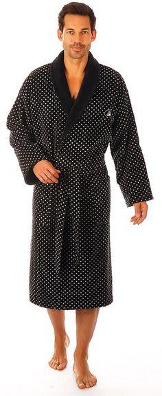 Toller Bademantel »Gilbert« der Marke Egeria aus 100% Baumwolle. Was für ein extravaganter Herrenbademantel - dieses Schmuckstück präsentiert sich im Stil der 60iger Jahre. Die hellen Punkte auf dem anthrazitfarbenen Grundton machen diesen Mantel zum Eyecatcher. Mit Schalkragen, Gürtel und Taschen ausgestattet kann dieser sich außerdem sehen lassen. Sollten Sie auch im Bademantel modisch und el...
