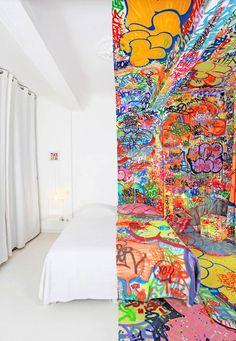 Quand le street artist TILT redécore une chambre d'hôtel à Marseille