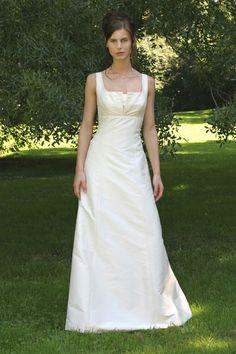 schlichtes Brautkleid mit Falte am Ausschnitt von La Rose Noire Couture auf DaWanda.com