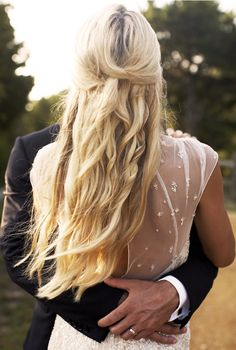 Penteado para casamento para fazer sozinha: Prenda cada mecha de cabelo da parte superior de sua cabeça com um grampo para um estilo mais boho