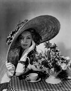 by Horst P Horst, 1936 Vogue cover 1936 Photographed by Horst P Horst.look at this hat!Vogue cover 1936 Photographed by Horst P Horst.look at this hat! Vintage Vogue, Mode Vintage, Vintage Glamour, Vintage Beauty, Vintage Hair, Retro Vintage, Carole Middleton, Vogue Magazine Covers, Vogue Covers