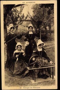 Postcard En Auvergne, Groupe de Fileuses, Spinnerinnen, Spinnrad, Trachten    postally used 1935