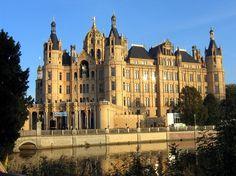 Schwerin hat folgende Stichwörter: Schlösser und Kirchen.