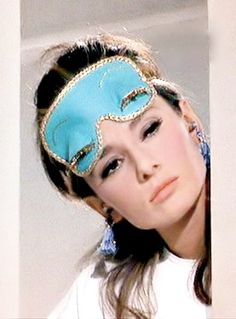 audrey hepburn in breakfast at tiffanys. Me encanta el antifaz...