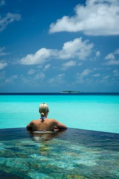 Swimming pool, Reethi rah, Mildives Island home to 130 spacious villas with their own pools. 12 luxury honeymoon villas. amazing underwater restaurant, the spa and their own PADI dive shop. via:vacationidea.com