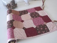Rulo guarda-bloques Quilted Table Toppers, Small Quilts, Couture, Patches, Diy Crafts, Blanket, Sewing, Create, Projects