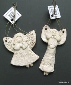 Aniołki szkliwione -małe z koronką Ceramic Angels, Xmas, Christmas Ornaments, Salt Dough, Projects To Try, Pottery, Sculpture, Holiday Decor, Angeles