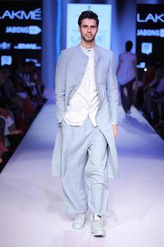 Antar Agni at Lakme Fashion Week Summer Resort 2015 İslami Erkek Modası 2020 Mens Indian Wear, Mens Ethnic Wear, Indian Groom Wear, Indian Men Fashion, Mens Fashion Week, Lakme Fashion Week, Indian Man, Fashion Wear, Fashion Outfits