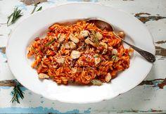 Csirkés tészta zöldfűszeres hatzöldség-raguval Fusilli, Fried Rice, Food Pictures, Love Food, Risotto, Main Dishes, Bacon, Pasta, Yummy Food