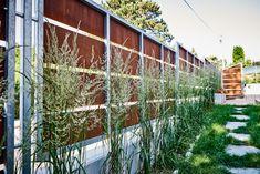 Sichtschutz im Garten. Holen Sie sich Inspirationen für Ihr Zuhause bei TulpenBaum Holzbau & Gartenbau. Outdoor Structures, Inspiration, Green Living Rooms, Garden Planning, Ad Home, Biblical Inspiration, Inhalation