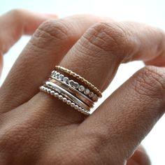 Saftige Trauben kommen immer in ein nettes Bundle zusammen, genau wie diese Ringe gehalten zusammen mit einer flachen dünnen Band wo können sie noch frei drehen. 14 Karat gold gefüllt und Recycling-Silber wurden Hand geschmiedet um diese Ringe zu machen.  △ Süß (saftige) Mischung von Texturen, Metallen und Farben, erhalten Sie jeweils: -1 Pfund Sterling Silber runden Draht 1mm -1 Pfund Sterling Silber halb Perlen 102(2,6 mm) -1 Sterlingsilber voller Perlen 2,2 mm -1 Pfund Sterling Silber…