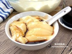 Traditionally, Tau Fu Fa (soy milk pudding) is made with gypsum powder and usually served hot or warm. This recipe uses gelatine powder to set this soy milk pudding. Since desserts made with gelati… Filipino Desserts, Asian Desserts, Asian Snacks, Asian Foods, Easy Desserts, Delicious Desserts, Chinese Deserts, Chinese Food, Chinese Recipes