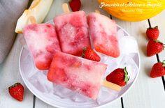 Prepariamo i Ghiaccioli al Melone e Fragole per la merenda di oggi, così succosi e gustosi che sono più buoni di quelli che si comprano.