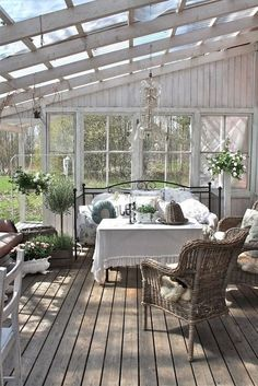 Amazing Shed Plans - veranda en bois de couleur blanc sol en parquet foncé Now You Can Build ANY Shed In A Weekend Even If You've Zero Woodworking Experience! Start building amazing sheds the easier way with a collection of shed plans! Outdoor Rooms, Outdoor Living, Outdoor Decor, Small Greenhouse, Greenhouse Ideas, Pallet Greenhouse, Homemade Greenhouse, Backyard Greenhouse, House With Porch
