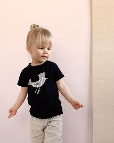 Lintu t-paita luomupuuvillaa. Käsin painettu ja ommeltu pajallamme Suomessa. Onesies, T Shirts For Women, Baby, Kids, Clothes, Fashion, Young Children, Outfits, Moda