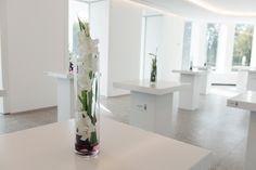 Elegante Blumenkreationen für Rezeptionen oder geschäftliche Events