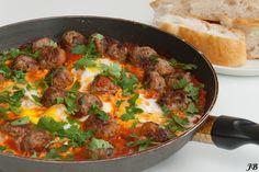 Tagine van gehaktballetjes in tomatensaus met eieren (kefta) - http://www.mytaste.be/r/tagine-van-gehaktballetjes-in-tomatensaus-met-eieren-709152.html