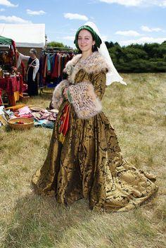 Houppelande, full length by medieval-squirrel on DeviantArt Medieval Costume, Medieval Dress, Medieval Fashion, Medieval Clothing, Medieval Fair, Medieval Times, Historical Costume, Historical Clothing, 15th Century Dress