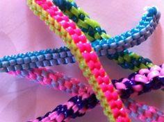 Scoubidous. On pouvait acheter le fil plastique chez le marchand de couleurs près de l'école.