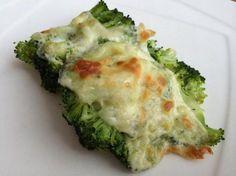 Antes de realizar esta receta, el primer paso es alistar todos los ingredientes. En una olla con agua hirviendo y una pizca de sal, cocinar los arbolitos de brócoli...