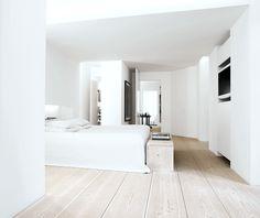 Zo simpel kan het zijn! Mooie strakke slaapkamer met wit  en hout #Bedroomby Dinesen