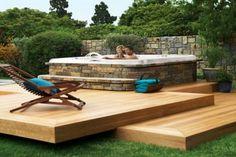 JET POOL Com revestimento de pedra e deck em madeira fazem desse projeto perfeito para dias felizes!