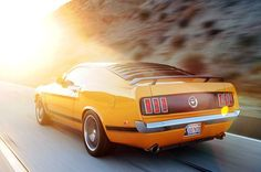 クラシックな米車に詳しい人なら、この車を1969年型「マスタング・マックワン・ファストバック」だと思うだろう。しかし、ピカピカのイエローにペイントされたボディの中身は、2013年型フォード「マスタングGT」なのだ。ということは、室内にはスポーツバケットシート(運転席にはパワーランバーサポートも付いている