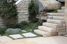 Escada de pedras no jardim em Watsons Bay, Sydney, estado de Nova Gales do Sul, Austrália.