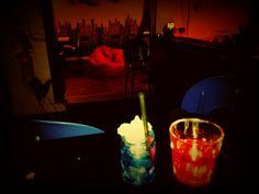 Bicchiere blu domani ti sveglierai nel tuo letto senza ricordare niente, bicchiere rosso vieni con noi e scoprirai quanto è grande la tana del Bianconiglio...