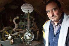 Los vecinos de Doncos (Santiago de Compostela) dan cuerda a diario a un reloj que alerta de la lluvia.    Fuente: http://ccaa.elpais.com/ccaa/2012/07/11/galicia/1342036266_795974.html    www.relojesconestilo.com