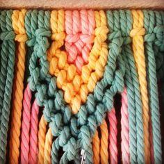 Iniciación al macramé: El proyecto del Fin de Semana « Madame Hojaldre Macrame Wall Hanging Diy, Macrame Art, Macrame Projects, Macrame Knots, Micro Macrame, Rope Art, Bead Sewing, Macrame Tutorial, Macrame Patterns