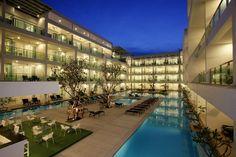 #푸켓 까론비치 더 올드 푸켓 카론 리조트 2017년10월31일까지 억수로 착한가격 프로모션 실시  단...2017년04월30일까지 호텔 예약시 프로모션 적용받아서 예약가능합니다... #The Old Phuket Karon Beach Resort High Season Flat Rate Promotion  카론비치 더 올드 푸켓 리조트경우 신관 구관이 있습니다.. 구관 시노윙 신관 시린윙 타이푸켓 푸켓 타운준 개인적으로 신관 시린윙 추천 합니다.. 다른 리조트 비해서 룸 상당히 크며 아주 그냥 깔끔하다고 생각하시면 됩니다,, 특히 시린윙 풀억세스 그리고 시린윙 패밀리룸 예약하기 정말힘든 인기 룸타입 입니다.. 특히 패밀리룸경우 성인2명 12세미만 어린이 2명 숙박 가능합니다..어른이 2층침대 설치되어 있습니다... 수영장 수질 께끗하며 아침조식 그냥 문안합니다... 리조트 뒷쪽으로 가시면 카론비치 나가는 문이있으며 미니슈퍼 레스토랑 맛사지샵 있습니다..
