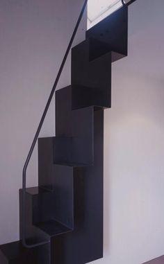Escalier en métal noir avec décalage des marches