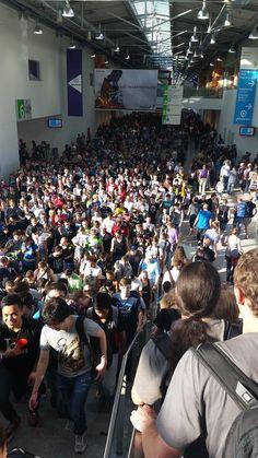 Po výstavisku sa nedá pohybovať. #gamescom15 Playstation, Basketball Court, Photos, Pictures