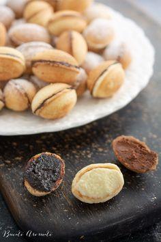 Nuci umplute ca în copilărie. Cu ciocolată sau magiun. Beans, Cookies, Vegetables, Lace, Food, Romanian Recipes, Gifts, Crack Crackers, Biscuits