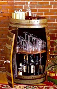 mueble para guardar botellas y copas hecho con un barril